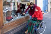 Quelle rémunération et quel statut pour les proches aidants de personnes en perte d'autonomie ou en situation de handicap ?